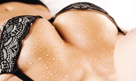 Косметологи рассказали о необходимых процедурах для груди и зоны декольте