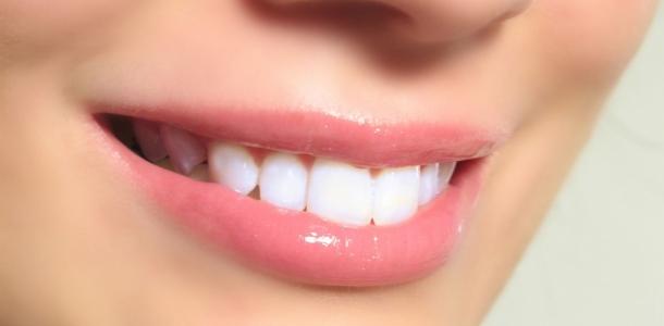 Узнайте, как быстро отбелить зубы в домашних условиях