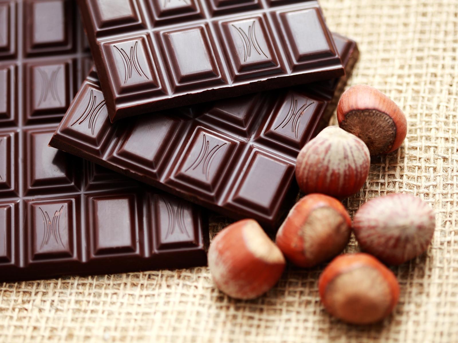 Черный шоколад оказался полезнее фруктов